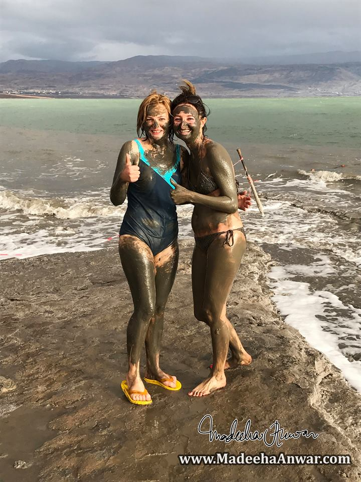 people-like-to-apply-mud-from-the-deadsea-on-their-bodies-and-believe-the-minerals-in-the-mud-helps-rejuvenating-the-skin-jericho